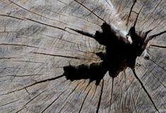 Alter dunkler hölzerner Wandbeschaffenheitshintergrund mit einem Loch stockbilder