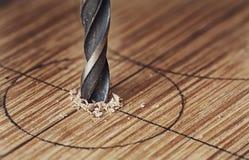Alter EisenBohrer macht ein Loch in einem Holz Lizenzfreie Stockfotografie