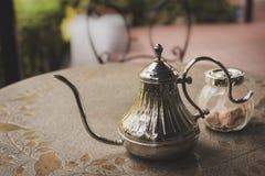 Alter Eisenteetopf mit Zucker auf dem Tisch Stockfotografie