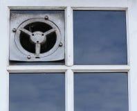 Alter elektrischer Luftabzug oder der Ventilator auf einem Fenster Lizenzfreie Stockbilder