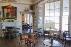 Alter englischer Gasthausinnenraum des Victorian Einstellungen des frühen Morgens ohne Leute Stockfotografie