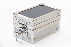 Alter entriegelter Aluminiumkoffer Stockfoto