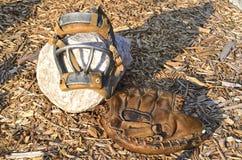 Alter Fängerhandschuh und Gesichtsmaske Stockfotografie