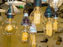 Alter Faden Glühlampe des Kohlenstoffs stockfoto