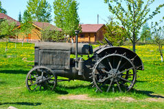 Alter fahrbarer Traktor Stockfotos
