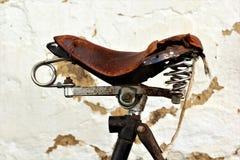 Alter Fahrradsattel der Weinlese Stockfoto