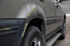 Alter Fahrzeugkarosserieseitenschaden nach einem Verkehrsunfall Stockbilder