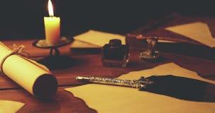 Alter Federkiel auf Pergamentpapier im Kerzenlicht stock video footage