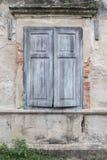 Alter Fenster- und Wandziegelstein Stockbild