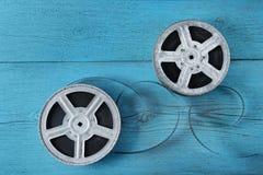 Alter Filmstreifen auf hölzernem blauem Hintergrund stockfotografie