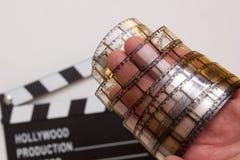 Alter Filmstreifen in der Hand des Mannes Stockbild
