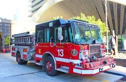 Alter Firetruck am Erscheinen Stockfotos
