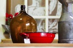 Alter Flasche Milchkrug und Kasserolle lizenzfreies stockfoto