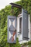 Alter Flaschenzug auf einem Wohngebäude stockbilder