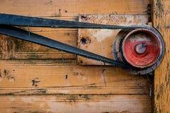 Alter Flaschenzug in einer alten landwirtschaftlichen Maschine Dreschmaschine, PU Lizenzfreie Stockfotografie