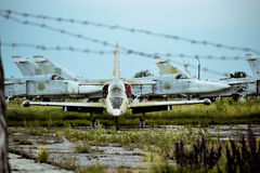 Alter Flugplatz, Bila Tserkva, Ukraine am 7. Juli 2013:- alte Flugzeuge auf dem Flugplatz überwältigt Stockbild