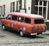Alter Ford-Packwagen, der mit Symbolen des Friedens und Güte, Jugendkultur von Lettland gemalt wird, schätzt Retrostil stockfotos