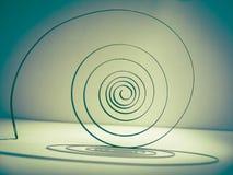 alter Frühling auf dem Pendel in Form einer Spirale ist das Herz der Uhr Lizenzfreies Stockfoto