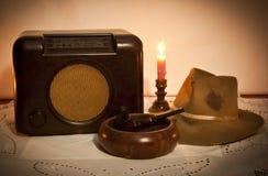 Alter Funk, Hut, Rohr und Aschenbecher Stockbilder
