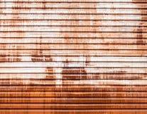 Alter Garagen-Rolltor gestreift mit Rost und Farbe Stockfotos