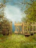Alter Garten mit einem hölzernen Zaun Stockbilder