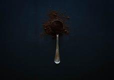 Alter gealterter Löffel der Weinlese mit Kaffee Lizenzfreie Stockbilder