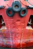 Alter Gebrauchtwagen ermüdet als Fender auf einem Bord Roter Schiffsrumpf mit Lizenzfreies Stockfoto