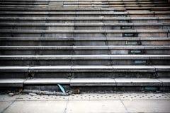 Alter gebrochener konkreter Treppenhausschritt stockfotos