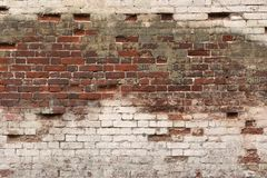 Alter gebrochener rauer roter weißer Backsteinmauer-Hintergrund Stockbild