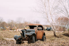 Alter gebrochener Rusty Car Abandoned During Second-Weltkrieg Stockbild