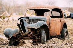 Alter gebrochener Rusty Car Abandoned During Second-Weltkrieg Lizenzfreies Stockbild