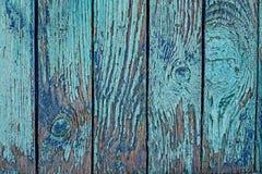 Alter gebrochener Zaun mit blauer schäbiger Farbe Stockfoto