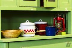 Alter Gegenstand auf einem alten Küchenwandschrank stockbild