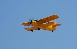 Alter gelber Doppeldecker in der Flugschau stockfotos
