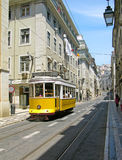 Alter gelber Förderwagen in Lissabon im Stadtzentrum gelegen Lizenzfreie Stockbilder