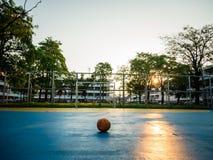 Alter gelber Fußball auf dem blauen Fußballplatz Lizenzfreies Stockfoto