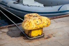 Alter gelber Schiffspoller im Hafen Lizenzfreie Stockfotos