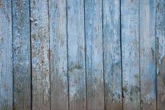 Alter gemalter hölzerner Zaun, natürlich verwittert Stockfotos