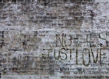 Alter gemalter Ziegelstein mit Graffiti Lizenzfreie Stockbilder