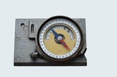 Alter geologischer Kompass auf dem grauen Hintergrund Lizenzfreies Stockbild