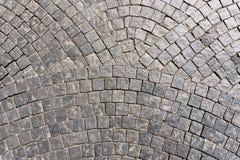 Alter gepflasterte Straßenbeschaffenheit des Schnittes Stein Stockfotos