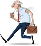 Alter Geschäftsmann geht mit Aktenkoffer und Kaffee Lizenzfreies Stockfoto