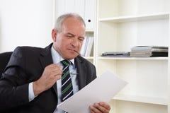 Alter Geschäftsmann im Büro Lizenzfreies Stockbild