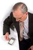 Alter Geschäftsmann mit Taschen-PC Stockbild