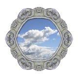 Alter geschnitzter Steinrahmen mit dem Himmel in der Mitte auf weißem backg Lizenzfreie Stockfotografie