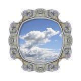 Alter geschnitzter Steinrahmen mit dem Himmel in der Mitte auf weißem backg Lizenzfreie Stockfotos