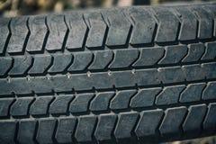 Alter getragener Reifen mit einem abgenutzten Schritt Stockbild