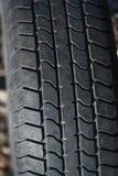 Alter getragener Reifen mit einem abgenutzten Schritt Lizenzfreie Stockbilder
