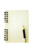 Alter gewundener Notizblock und Bleistift Stockfotos