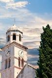 Alter Glockenturm durch Baum Stockbild